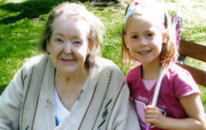 ältere Frau im Sommer und ein Kind